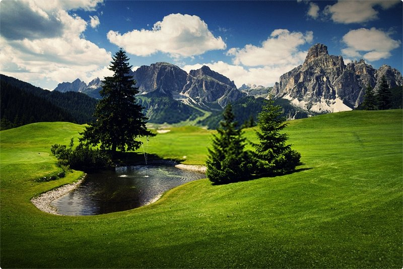 Mountains are a major portion of every travel circuit of Italy. From the Alps to the Apennines, there are a number of golf courses dotting the slopes of those mountains.